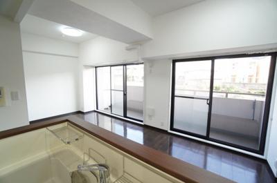 【設置の仕方がポイント!】 目の前にリビングが広がるセミオープンスタイルの 対面キッチンでお料理しながら会話もはずみます。 キッチンにいながらお天気のよさを感じられる スペースです。