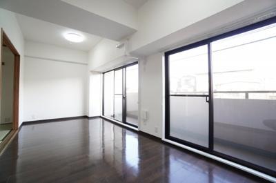 【東南側バルコニー!】 東南側バルコニーに面したリビングで明るく、 お気に入りの家具が映える空間。 ダイニングテーブルやソファなども配置もしやすく 空間を最大限に活用できます。