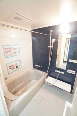 【ジェットバスでリラックス♪】 1日の疲れを癒す大きなお風呂。 ヒートショックを防ぐ浴室暖房機能や、 雨天時に洗濯物を乾かす浴室乾燥機能も付いています。 床のお手入れも楽な設備を装備。