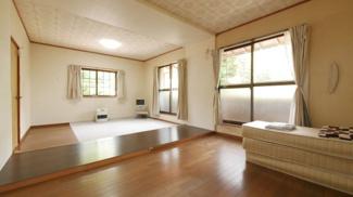 窓が大きくとても明るい2階14帖の洋室