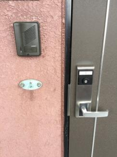 玄関横にはペットの紐をかけられます