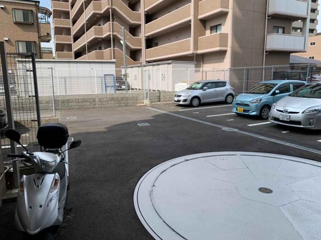 マンションには平面駐車場がございます。