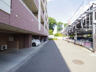 敷地内駐車場、駐輪場です。スペースも比較的ゆったりしております。