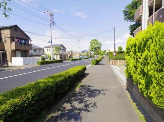 前面道路は歩道も広く車通りも激しくないので安全にご通行いただけます。