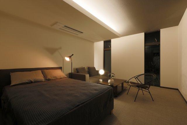 【プラン例③】海外のホテルのようなモダンテイストのベッドルーム。控えめで上品なグレートーンを基調とした落ち着きのある空間です。