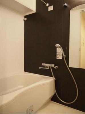 壁がおしゃれなバスルーム