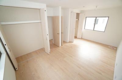 【2F洋室10.64帖】 クローゼットを完備し、 自由度の高い家具の配置が叶うシンプルな空間です。 また、将来は分割して2部屋へ。 お子様の成長と必要になる子供部屋にするには ぴったりの間取りですね。