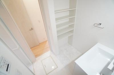パウダールームには棚も設置。 タオル等の収納から、洗剤関係や サニタリー用品も置くスペースが あるのは嬉しいですね!