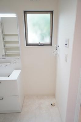 【洗濯機サイズの確認】 嬉しい窓付きの洗濯機置場! しかも装着が楽なワンタッチ式の給水栓! ドラム式の洗濯機も入るサイズですが、 お手持ちのサイズが入るか要確認です!
