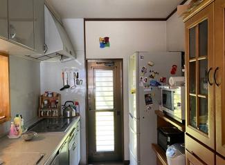 自然光が入るシステムキッチン!食器棚があり、収納ばっちり!