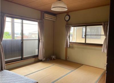 2階和室。しっとりと落ち着いた雰囲気の和室!2面採光で明るさも十分!