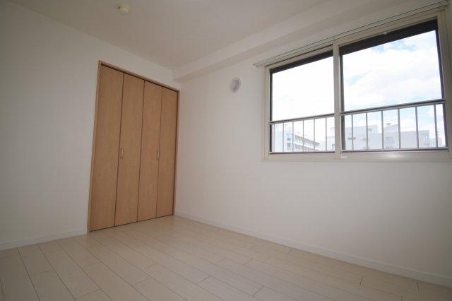 洋室(5.4帖)です。角部屋なので東側に窓があります。