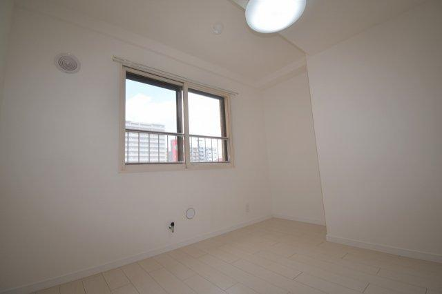洋室(4.9帖)です。角部屋なので北側に窓があります。