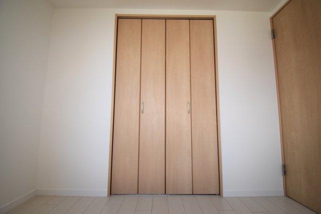 洋室(4.9帖)の収納です。もう一つの洋室(5.4帖)にも同じ大きさのクローゼットがあります。