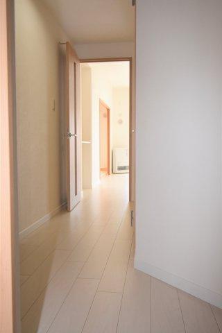 この物件の廊下です。全室フローリング、クロス貼替済