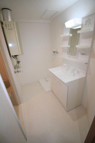 脱衣所です。新品の独立洗面台、洗濯機置き場、給湯器があります。