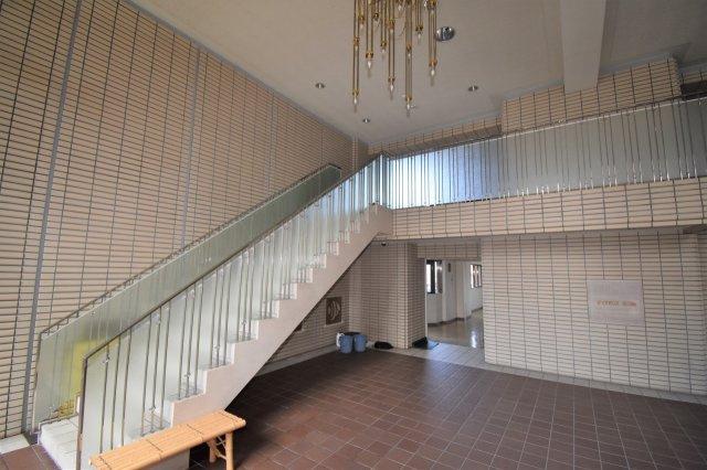 共用部分のエントランスです。一階からもエレベーター移動できます。