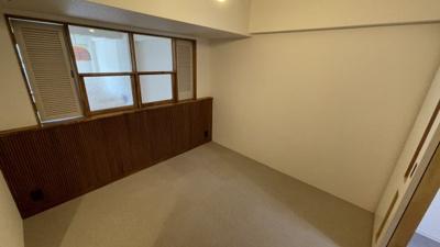 既におしゃれな洋室です。木製の窓がいいですね♪