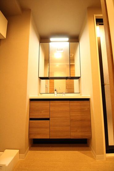 ライオンズプラザときわ台:三面鏡が付いた明るく清潔感のある洗面化粧台です!