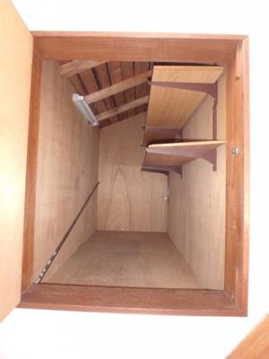 階段横に収納あり。