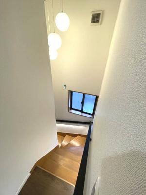 階段には手すりがついています