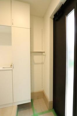 収納もある玄関です 吉川新築ナビで検索