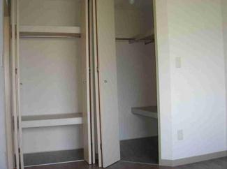 洋室の収納。右側はウォークインクローゼットで沢山収納できます。