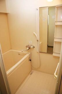 お風呂に棚があるので、シャンプーなどお風呂用品も綺麗に片付けられますね。