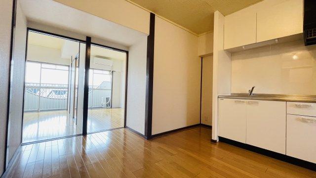 玄関を開けるとお部屋全体が見渡すことができる間取りになってます♪玄関からキッチンまでの距離が近いのでお買い物したものもすぐに収納することができますね♪