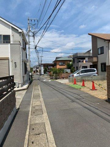【前面道路含む現地写真】車通りの少ない公道に面しています。