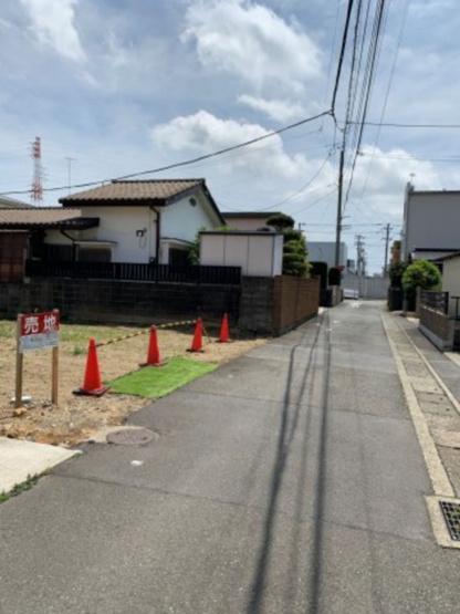 【前面道路含む現地写真】大通りから一本入った通りに位置しています。
