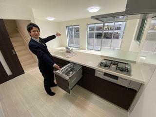食洗機付きオープンシステムキッチンを採用しています。 解放感とキッチンとリビングでの会話をお楽しみください。