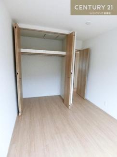 クローゼット付の約5.7帖の洋室です。 バルコニーにも出られます。