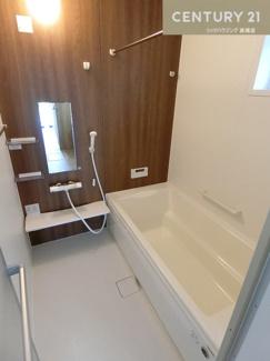 浴室暖房乾燥機も付いたお風呂場です。 一日の疲れを癒すには十分な広さですよね。