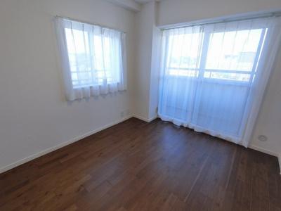 5.1帖の洋室は主寝室にいかがでしょうか。 2面採光で日当たり・風通し◎