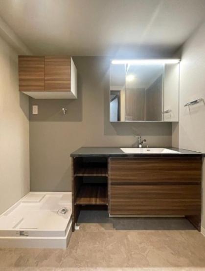 クレッセンコート浅草:三面鏡が付いた明るく清潔感のある洗面化粧台です!