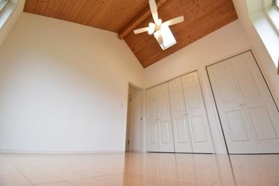トップライト・勾配天井で明るく開放的な洋室。約7帖ですが実際に現地で体感すると感覚は違います。