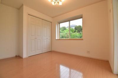 リビング横の約5.3帖の洋室。可動式の間仕切りでシーンに合わせて独立したお部屋としても使えます。