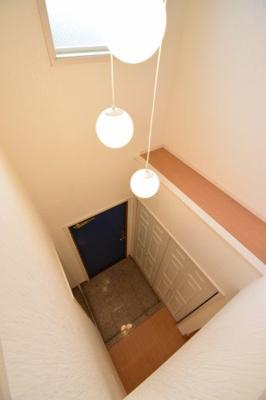 玄関上部は吹き抜けになっており明るい玄関に。