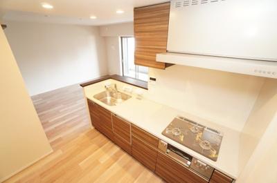 【Takara社製】 キッチンからリビングも見渡すことができ、 浄水器一体型のハンドシャワー水栓、 一度に5人分の食器が洗える食器洗い乾燥機など、 毎日の家事を快適にする設備が揃ってます。