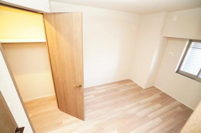 【西側洋室約6帖】 部屋の広さが一番広く主寝室向きです。 また、ウォークインクローゼットも完備。 荷物も部屋に溢れる事なく広く使えそうですね。