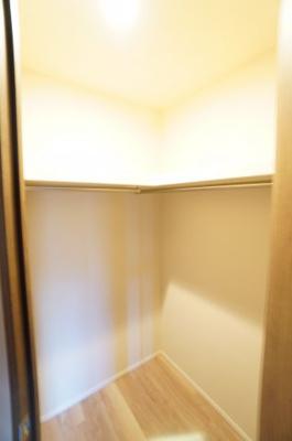 【西側洋室約6帖WIC】 約1帖ほどの広さがあり、棚もついてますので、 整理整頓がしやすそう。 旅行カバン重たいものは下においても 出し入れがし易そうです。