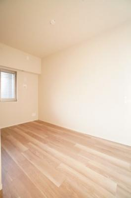 【東側洋室約5帖】 全室に窓のある採光設計、心地よい光はもちろん、 全体に風の通る快適な居住空間です。