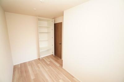 【東側洋室約5帖】 居室にはクローゼットを完備し、 自由度の高い家具の配置が叶うシンプルな空間です。 お子様の成長と必要になる子供部屋にするには ぴったりの間取りですね。