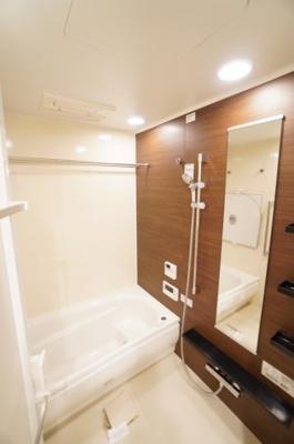 【TOTO社製】 RDシリーズは「魔法瓶浴槽」「ほっからり床」 TOTO独自の技術によりバスタイムを よりよく演出してくれます! 更に、浴室暖房乾燥機が標準設備! お手入れが楽なシステムバスです。