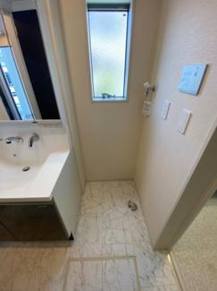 洗濯機置場には窓もあり、乾燥の際に換気もできます。