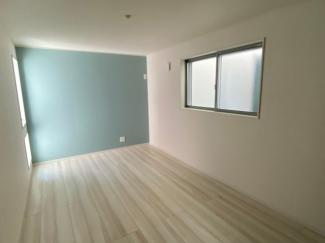 1階の洋室です。水色のアクセントクロスがきれいです。