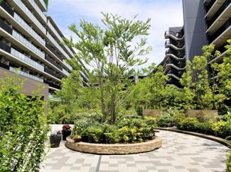 整備された中庭で緑の潤い溢れる暮らしを演出