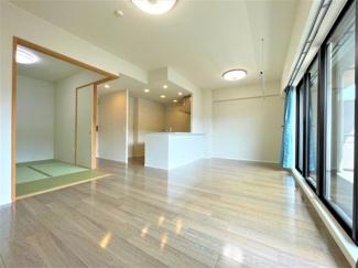 クリーニング済みの綺麗なお部屋です。 大きな窓からたっぷりの陽射しが射し込みます。