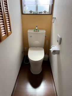 2階トイレ。陽当りが良いので、明るく可愛いお手洗いです。